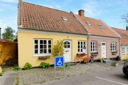 Hyggeligt byhus med havudsigt midt i Præstø