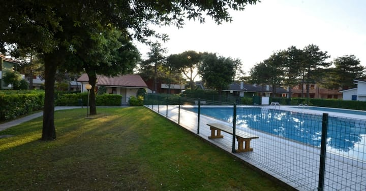 apt for 3+2 persons with pool in Bibione R38204