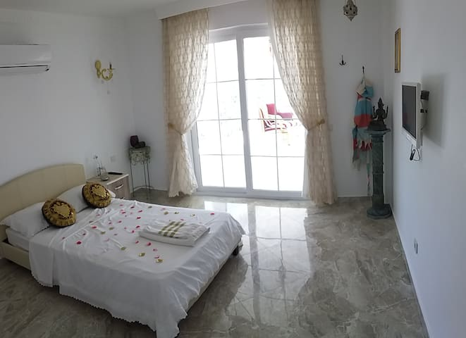 Room 5: small double (suitable for one person), sea and mountain views, air-conditioning, t.v, shower room.