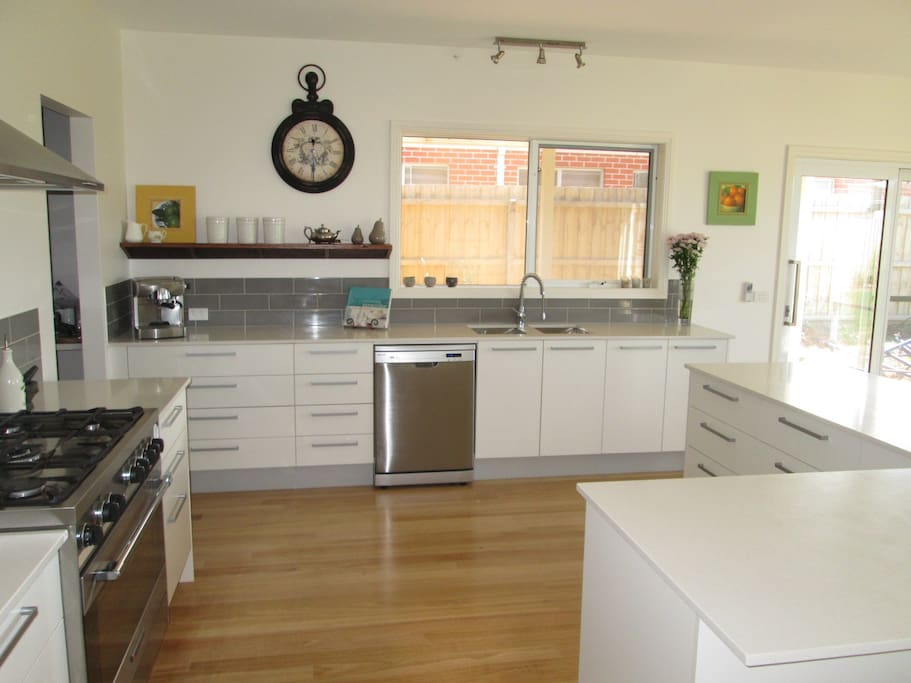 Large kitchen with butlers pantry and 900mm oven & dishwasher.