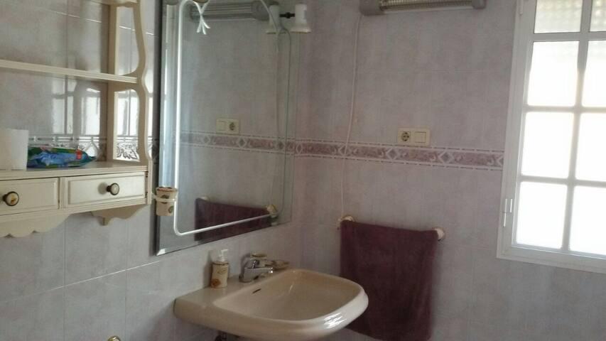 Amplio baño completo. Gran ventana y ventilación natural. Con mosquitera.