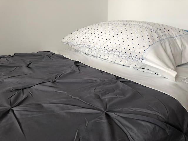 Habitacion con cama individual y cama supletoria. Ambas de 90 x 1,80 cm.    Room with single bed and extra bed. Both 90 x 1.80 cm.