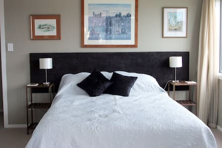 Restful and quiet bedroom in Whitby - Bed & Breakfast
