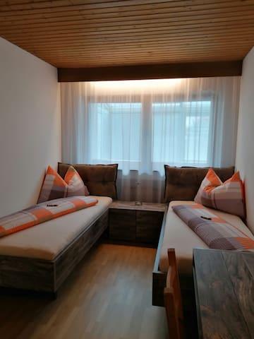 Zimmer mit 2 getrennten Betten - Betten können evtl. auch zusammengeschoben werden.  Möglichkeit für Zusatzbett.
