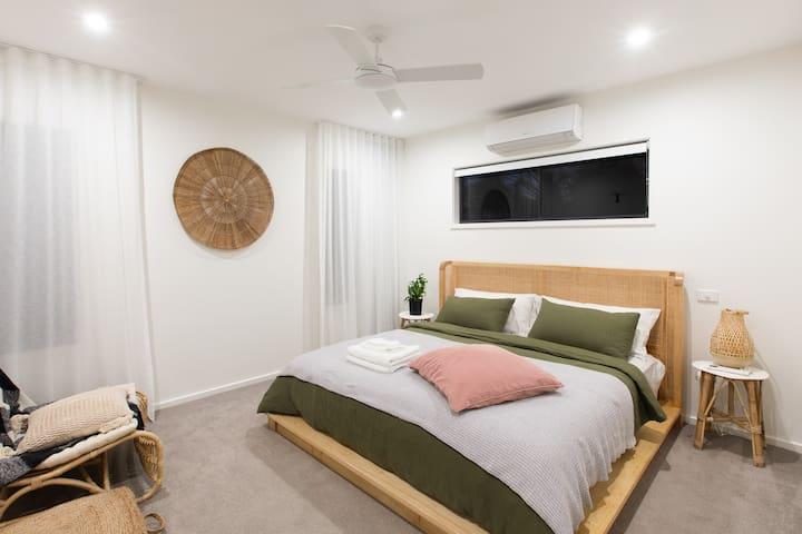 Masterbedroom size King bed