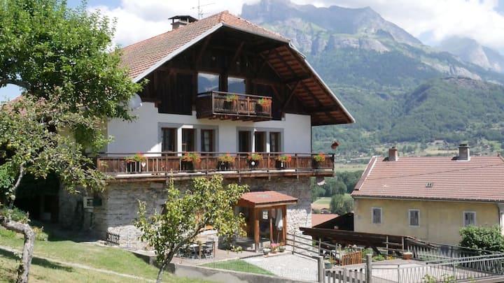 Appartement dans ferme rénovée face au Mont-Blanc