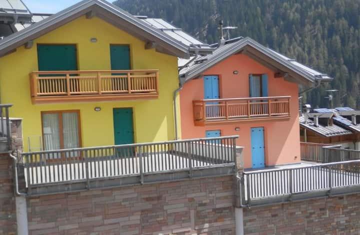 Gemütliche Ferienwohnung Presanella 1 (CIPAT-Nummer: 022213-AT-064229) mit Bergblick und Terrasse; Parkplätze vorhanden; Haustiere erlaubt