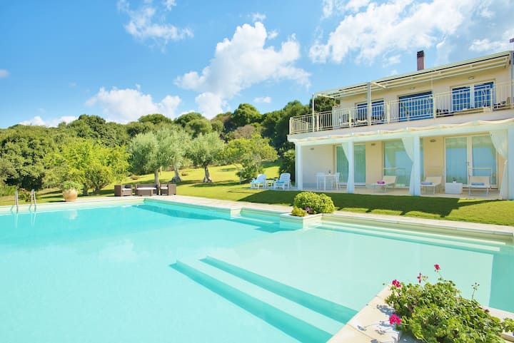 Villa Champagne.Stunning pool and view of the sea