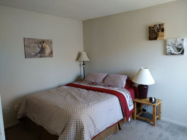 Spacious Private Bed/Bath @ heart of SiliconValley