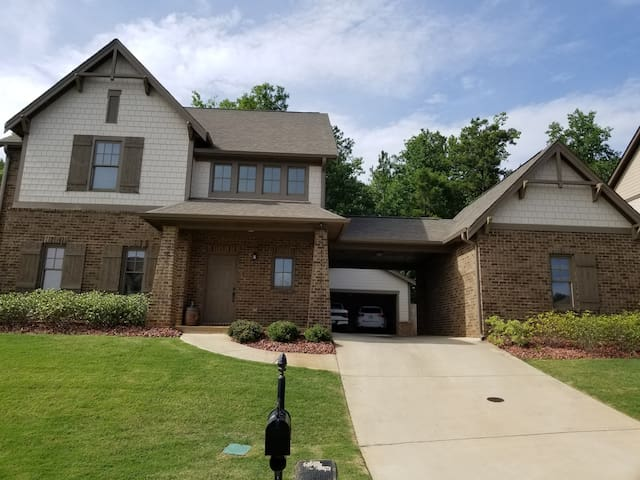 Rm/adjbath newer home w/hot tub in AU Country Club
