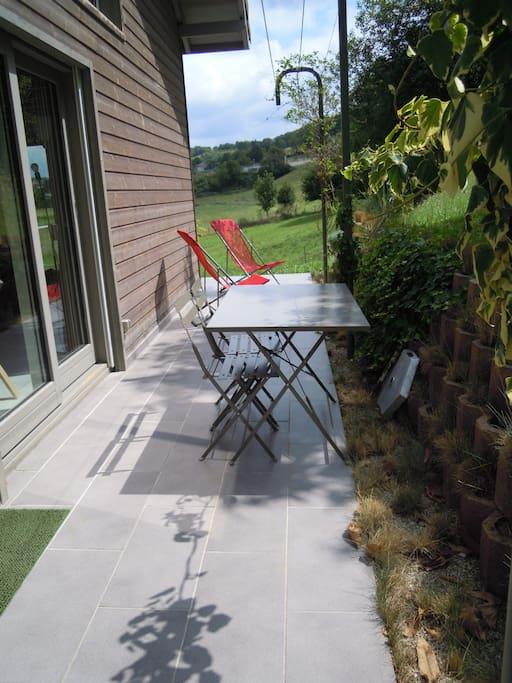 Terrasse ombragée côté salon