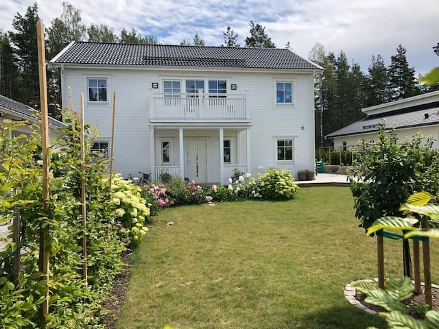 Nybyggd villa nära skog, Vänern och Karlstad