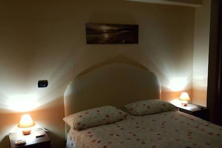 Camera matrimoniale con bagno - forchia  - Bed & Breakfast