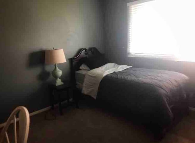 Private Room 1 Twin Beds cozy/new carpet/safe