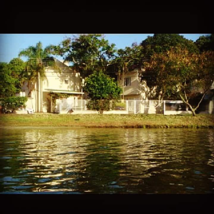 Casinha em condomínio fechado de frente p lagoa