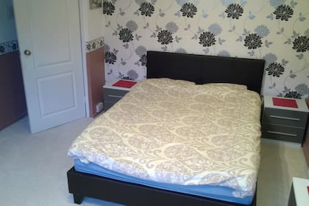 Double room, walking distance to the airport - Luton - Casa