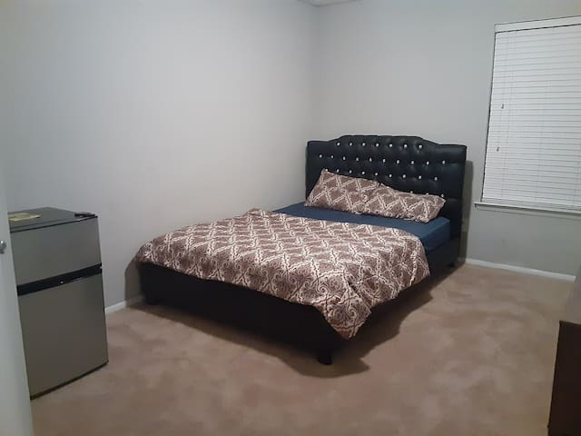 Private room and bath, 4 minutes from ATL Airport