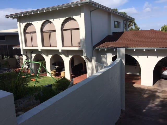 The Hacienda. Mosman Park, Perth Large Family Home - モスマンパーク - 一軒家