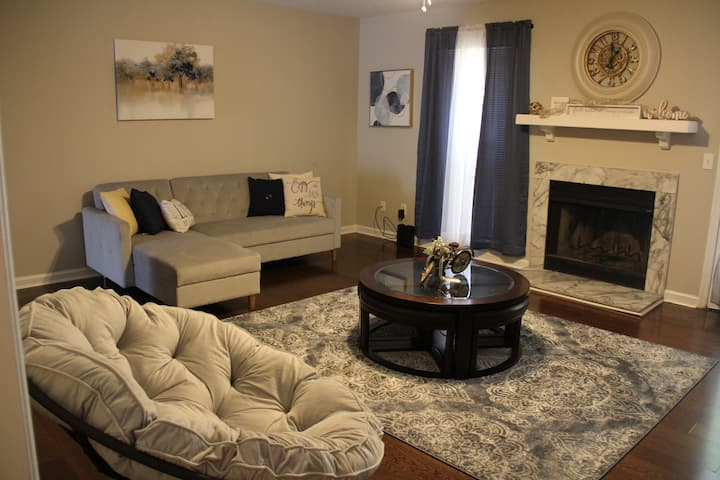 **Mali's Place * Close to Downtown* Cozy Townhouse