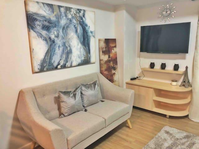 Living area w/ Smart TV (Netflix available)