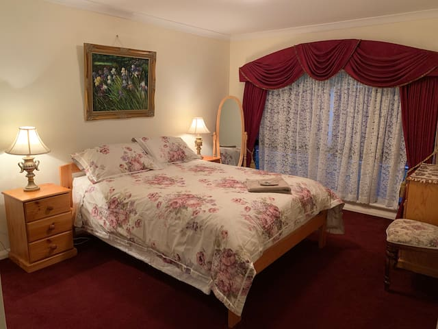 Own exlarge suite/toiletbathclose to airport/train