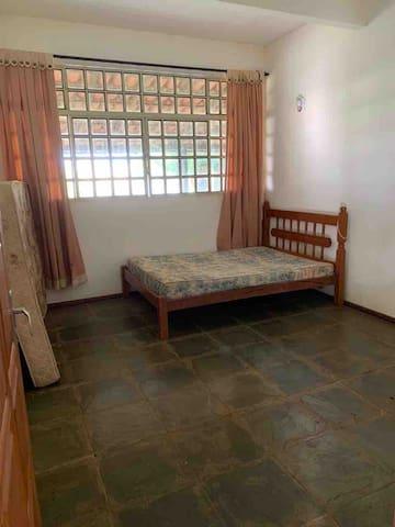 Quarto 4 com duas camas de casal