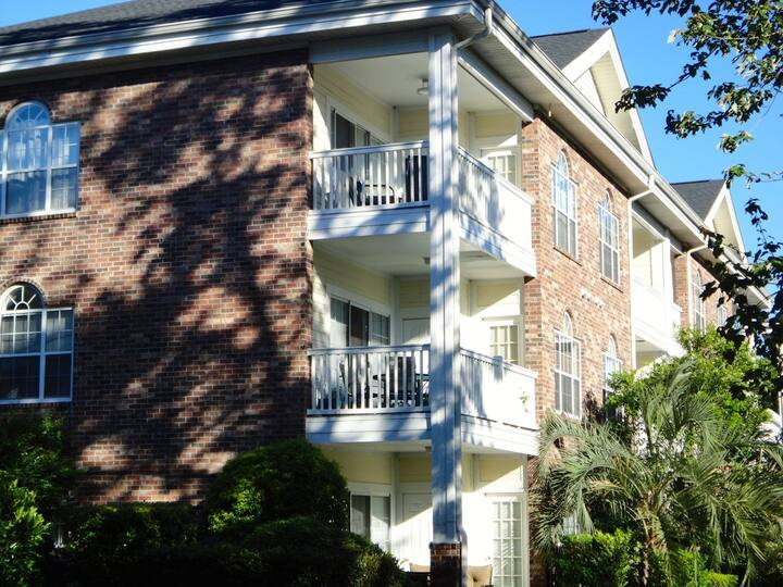 Relaxing and comfortable 2 bedroom condo- POOLS ARE OPEN!