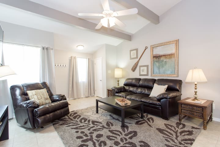 Newly-renovated Aggieland Condo - College Station - Condominium