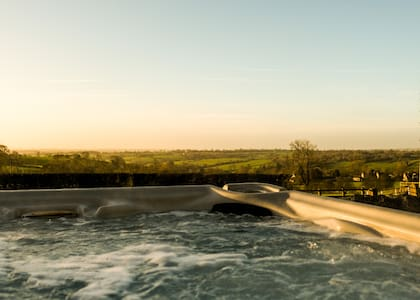 The Barn & private hot tub, Ashbourne,Alton Towers