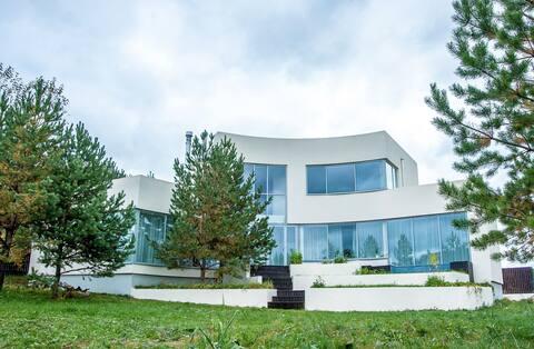 Уникальный дом с панорамным остеклением и камином