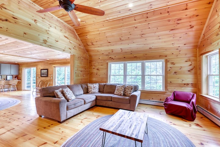Secluded, rustic home w/ private hot tub & huge deck - 5 miles to Okemo