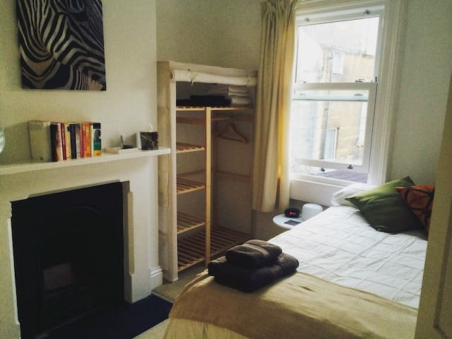 Comfortable double 5 mins walk to station and city
