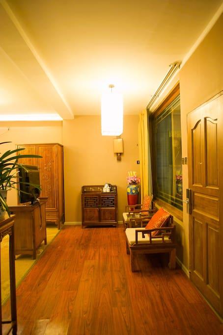 实木雕花休闲座椅及茶水柜,聊天会客的好地方