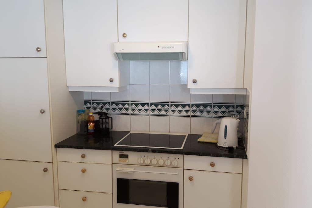 kitchen corner / coin cuisine avec plaques vitro céramique, four, etc...