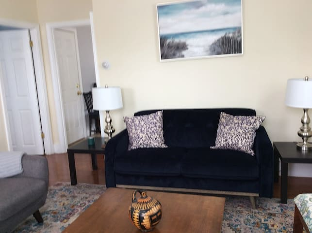 Chic two bedroom apartment, close to downtown