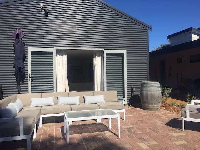 Unique Australian Shed Style House - Dunsborough - Guesthouse