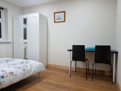 (C) Double bedroom near Heathrow and Stockley park