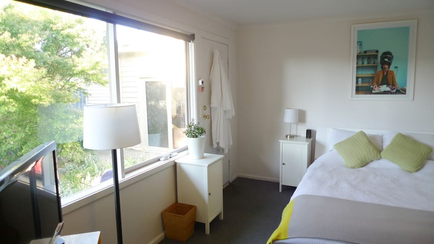 Self contained studio / granny flat near bike path - Coburg