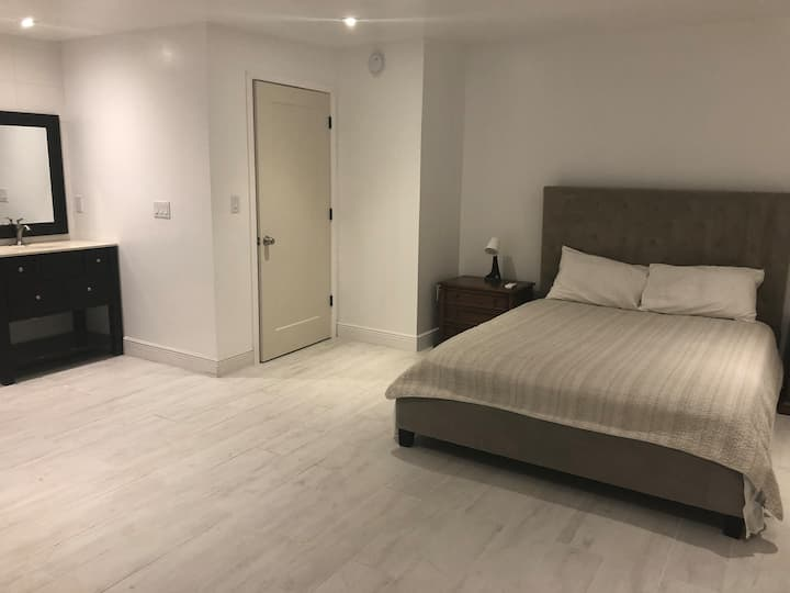 Huge bedroom with ensuite!close to brickell