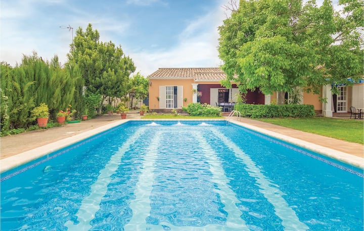 Stunning home in Palma del Río with 4 Bedrooms