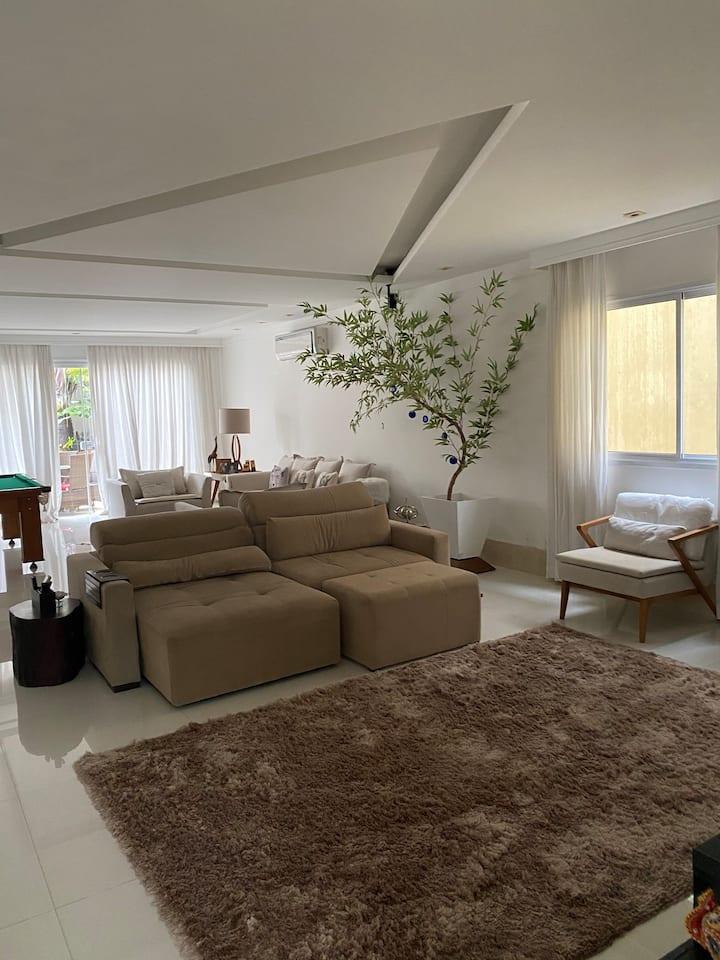 Alugue maravilhosa mansão na Barra próxima à praia