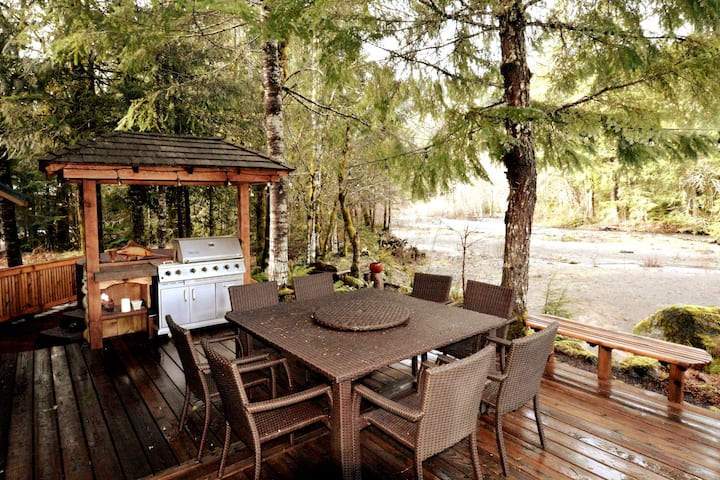 River front Lodge, WIFI, Firepit, BBQ, Hot Tub!