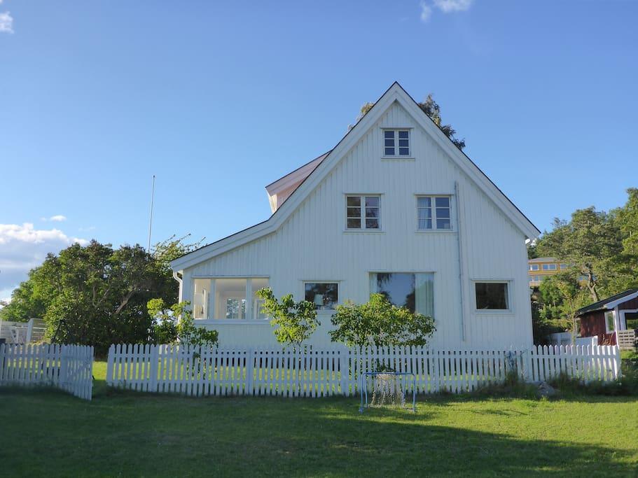 Hus fra siden med felles fotballbane.