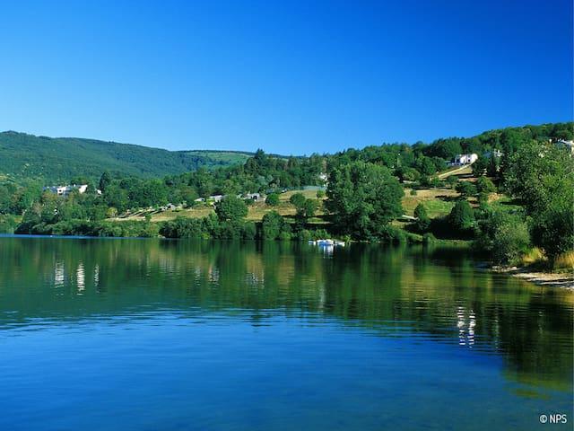 Location avec vue sur le lac du Laouzas