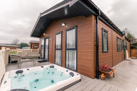 Lakeside View lodge with Hot Tub
