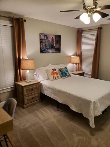 Bed with en-suite bathroom in historic Riverside