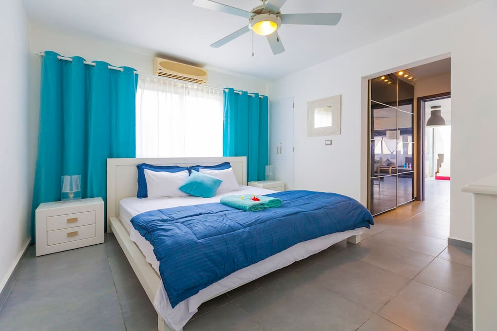 Nice, comfortable, clean, fresh, big bed. That's what helps you to sleep well with comfort and enjoy your stay. A super big bed, sideboard tables, ceiling fan and en-suite bathroom are in this Master bedroom.