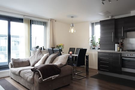 Modern 1 bed apartment with wraparound balcony! - Edimburgo