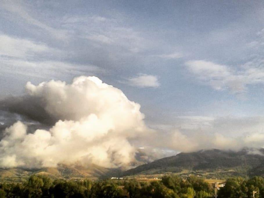 Puigmal (2910 m) dans les nuages - Prise de vue depuis la baie vitrée