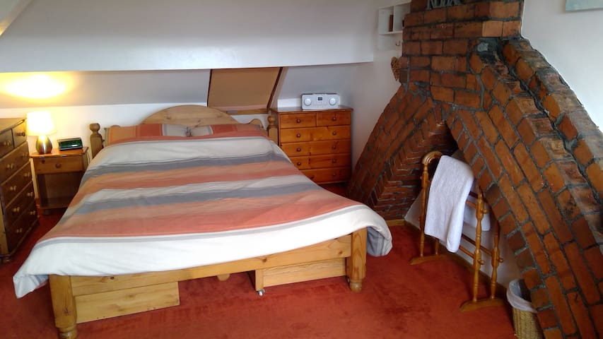 Comfortable en-Suite Attic Bedroom in Lancaster